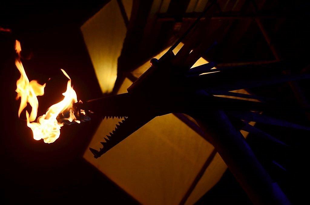 """Ein feuerspeiender Drache bewachte die Szene. Bei Koester & Lauster schaffte die Gruppe """"Mystical Sounds"""" mit ihren Klanginstrumenten eine besondere Atmosphäre. (Foto: © Martina Hörle)"""