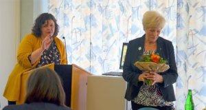 In einer Feierstunde zum 40-jährigen Bestehen der Grünen Damen bedankt sich Geschäftsführerin Barbara Matthies (li.) bei den ehrenamtlichen Mitarbeiterinnen. Neben ihr Christel Klein, die Leiterin des Besuchsdienstes. (Foto: © Martina Hörle)