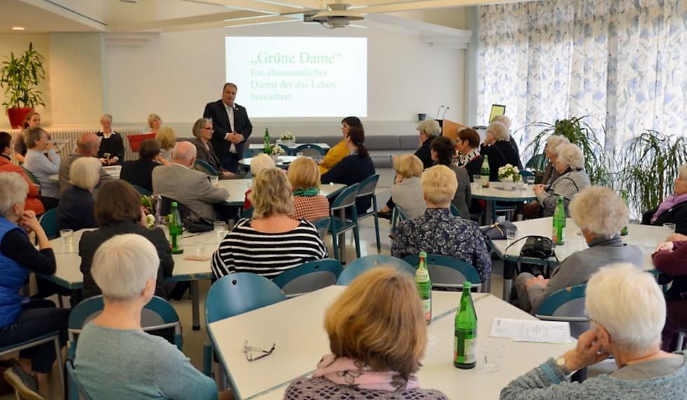 Bürgermeister Carsten Voigt spricht den Grünen Damen Anerkennung und Wertschätzung aus. (Foto: © Martina Hörle)