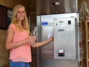 Marina Dickhoven zeigt den Besuchern, wie der neue große Milchautomat des Hoflädchens bedient wird. Hier kann man täglich von 6 – 21 Uhr frische Rohmilch zapfen. (Foto: © Martina Hörle)