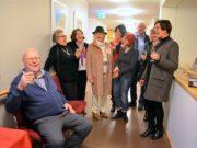 Mitarbeiter des Gerhard-Berting-Hauses feierten gestern gemeinsam mit Bewohnern und Künstlern die gelungene Vernissage von Hutvariationen und berühmten Persönlichkeiten (Foto: © Martina Hörle)