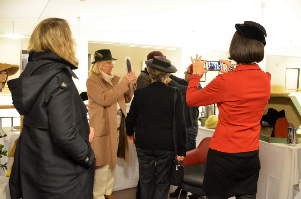 Mit viel Spaß und fröhlichem Lachen probierten die Bewohnerinnen die verschiedenen Hutmodelle. (Foto: © Martina Hörle)