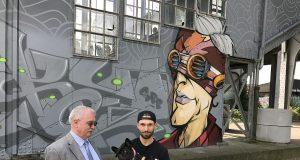 Bezirksbürgermeister Richard Schmidt (SPD) und Künstler Kayo Karacho vor dem neuen Graffito am Treppenaufgang zur Bahnhofsbrücke. Schmidt hat die Kostenübernahme für das Material zugesagt. Karacho konnte die Untere Denkmalbehörde mit seinen Entwürfen überzeugen. (Foto: © Petra Krötzsch)