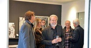 """Ingo Schleutermann freut sich über den großen Erfolg seiner aktuellen Einzelausstellung """"Zeichnungen"""". Die Werke sind bis zum 2. Dezember in der Galerie Kirschey zu besichtigen. (Foto: © Martina Hörle)"""