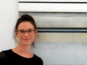 Jacqueline Hess zeigt in 15 Arbeiten den Blick auf Fenster. Inspirieren ließ sie sich dabei durch die Sicht auf eine Hinterhoffassade in Wuppertal. (Foto: © Martina Hörle)