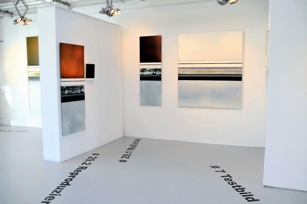 Große geplottete Titel an Wand und Boden unterstreichen die Modularität der Objekte. (Foto: © Martina Hörle)