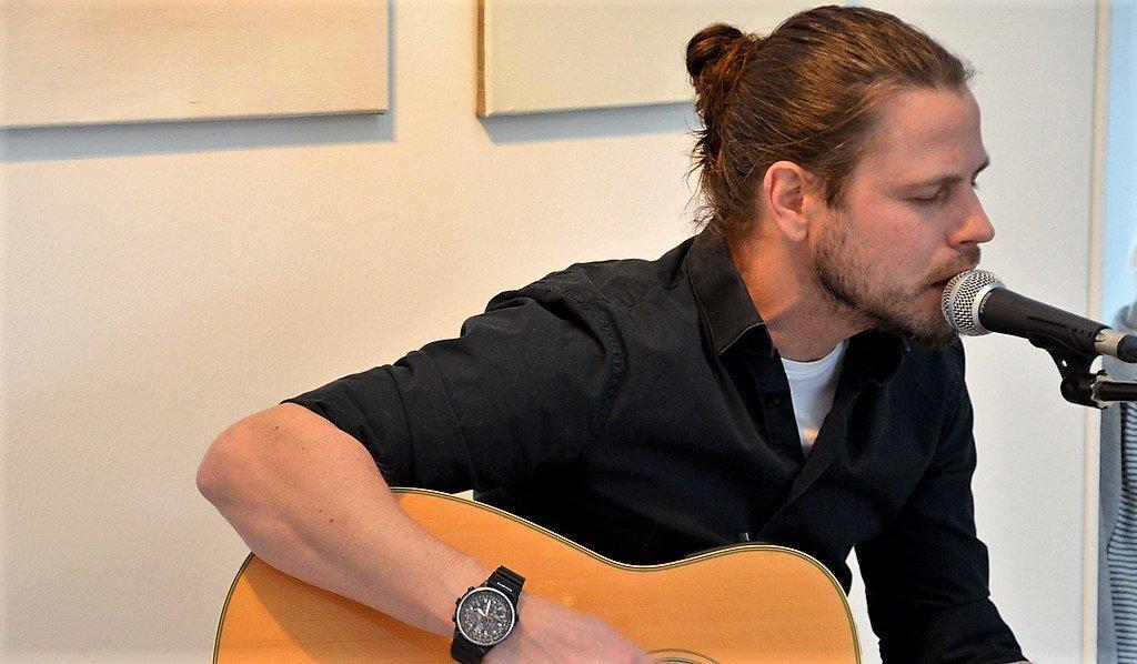 """Musiker Jens Kühler unterhält die Besucher mit Songs aus dem Album """"Time To Notify"""" von der Band Mottek. (Foto: © Martina Hörle)"""