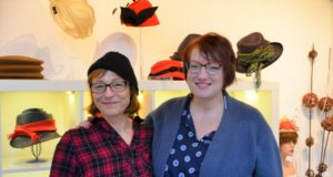 Hutdesignerin Bea Kahl (li.) und Sängerin Heike Anna Frohnhoff freuen sich auf die erste gemeinsame Veranstaltung. Am kommenden Samstag gibt es Jazz im Hutsalon. (Foto: © Martina Hörle)