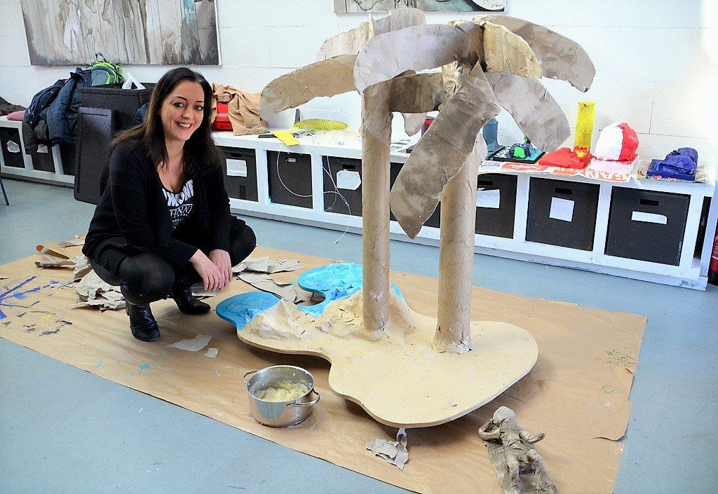 In einem Gemeinschaftswerk entstand ein Palmenstrand aus Holz, Papier und einem speziellen Kleber aus Salz, Mehl und Wasser. (Foto: © Martina Hörle)