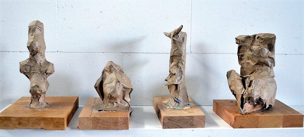 Neben den großformatigen Skulpturen sind viele kleinere Plastiken und zahlreiche Bilder entstanden. (Foto: © Martina Hörle)