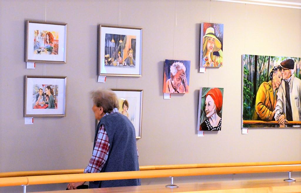 Die Bewohner freuen sich sehr, dass wieder neue Bilder an den Wänden hängen. Die Kunst kommt ins Haus. (Foto: © Martina Hörle)