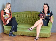 : Hier zeigen Suzan Köcher (li.) und Janine Werner zwei der Miniaturwelten, die im Rahmen des Kulturrucksack-Projektes Kandy Pop alla Pop entstanden sind. (Foto: © Martina Hörle)
