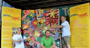 (v. li. Saskia Bela, Julian Prete, Lothar Ruthmann) In der Kunst- und Recycling-Werkstatt ist ein lustiges und farbenfrohes Gesamtkunstwerk entstanden. (Foto: © Martina Hörle)