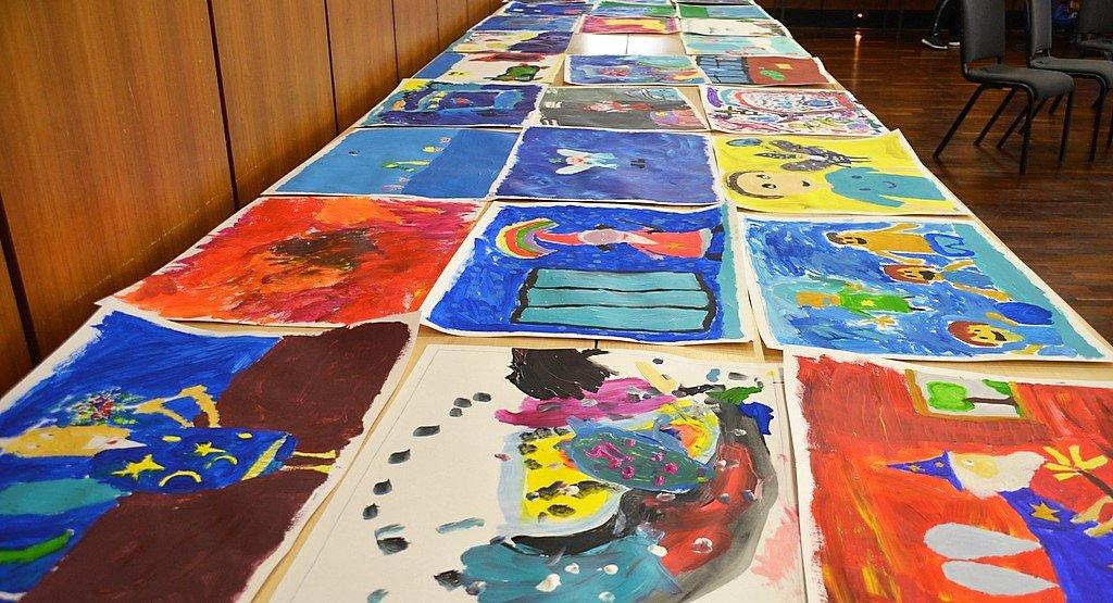 Rund 150 Kinder hatten beim diesjährigen Kindermal- und –klangfest mitgemacht. Dabei waren viele zauberhafte Werke entstanden, die auf langen Tischreihen zum Trocknen lagen. (Foto: © Martina Hörle)