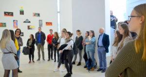 Die Schülerinnen und Schüler präsentieren den anderen Gruppen ihre Projekte. (Foto: © Martina Hörle)
