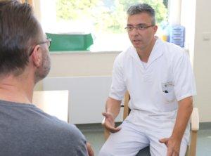 André Hankammer machte seine Ausbildung im Klinikum 1997. Der engagierte Krankenpfleger absolvierte eine Weiterbildung im Bereich der Onkologie. In seinem Aufgabengebiet schätzt er auch den persönlichen Austausch mit den Patienten. (Foto: © Bastian Glumm)