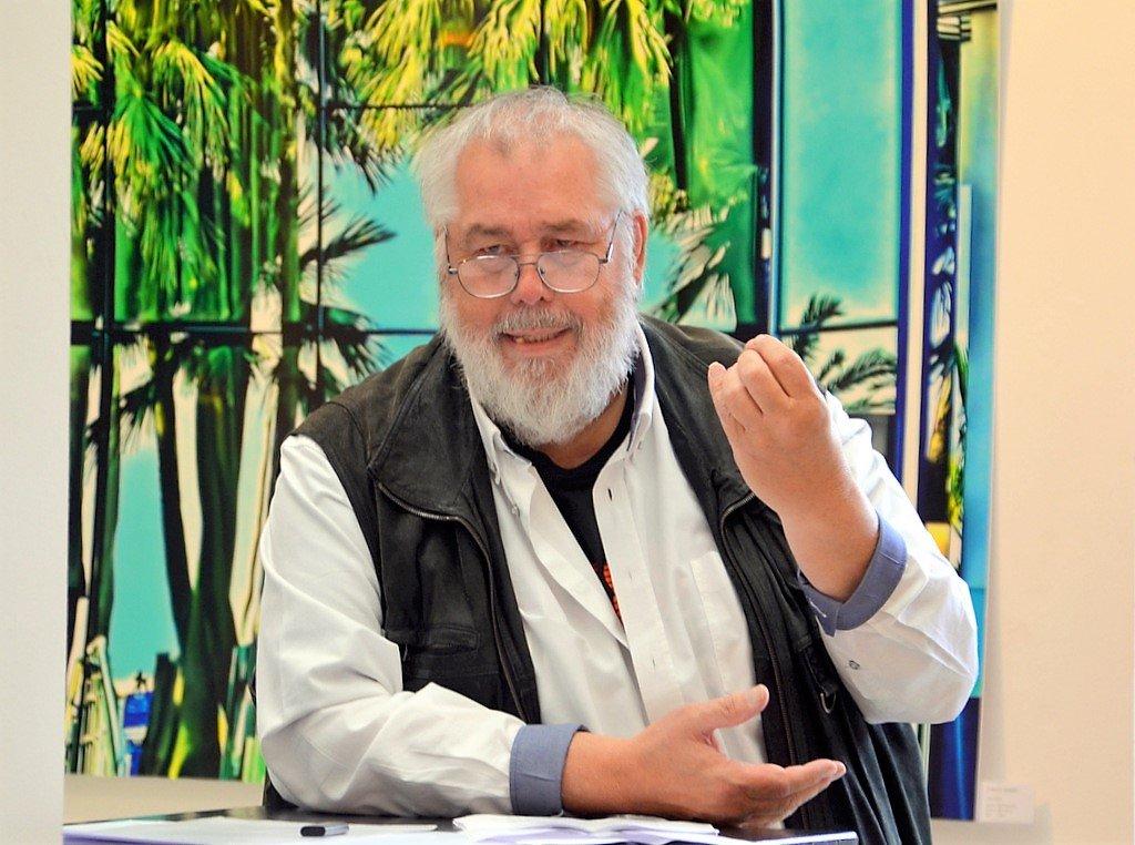 Hans-Georg Wenke ist ein Meister des Wortspiels. Er hält bei der Vernissage die Laudatio. (Foto: © Martina Hörle)