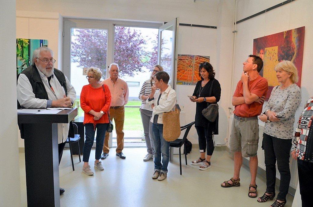 Die Besucher sind von den Werken begeistert. Einige der Arbeiten werden zum ersten Mal gezeigt. (Foto: © Martina Hörle)