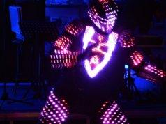 """Slava Brud, Tänzer und Kollege von Hüsnü Turan (Tanzschule Step Up), zeigt eine beeindruckende Performance """"Light me up"""". Sein Outfit besteht aus zahlreichen Sportprotektoren und leuchtet mit 2.000 LED's. (Foto: © Martina Hörle)"""