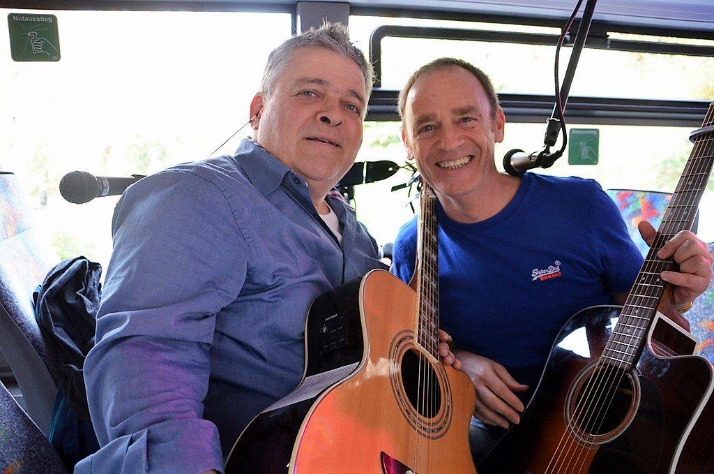 """Justus Bender (li.) und Peter Claus von der Band """"Andere Saiten"""" unterhielten im Bus mit Coversongs von Johnny Cash, Albert Hammond und Status Quo. Sie hätten einfach Spaß an der Musik, erklärten die beiden Musiker. (Foto: © Martina Hörle)"""