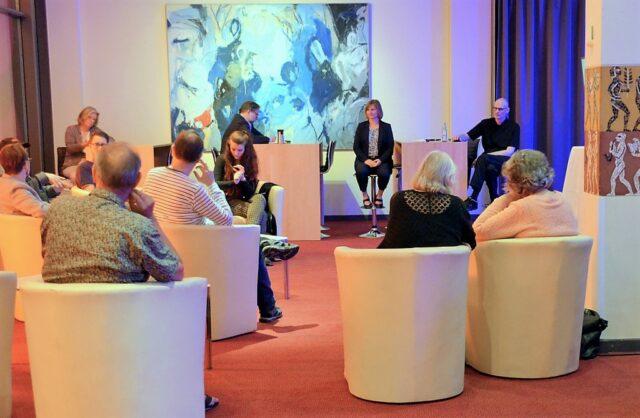 """Rund zehn Gäste waren am Montagabend zum ersten """"Kulturlabor"""" in der Theaterlounge erschienen. (Foto: © Martina Hörle)"""