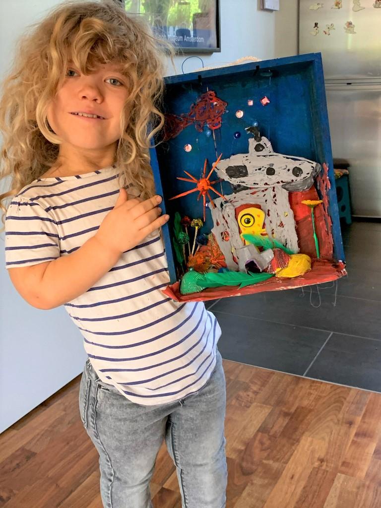 Die zehnjährige Ragna hat eine bunte Welt mit Seeigel, Oktopus und Unterseeboot entworfen. (Foto: @ Melanie Looschelders)