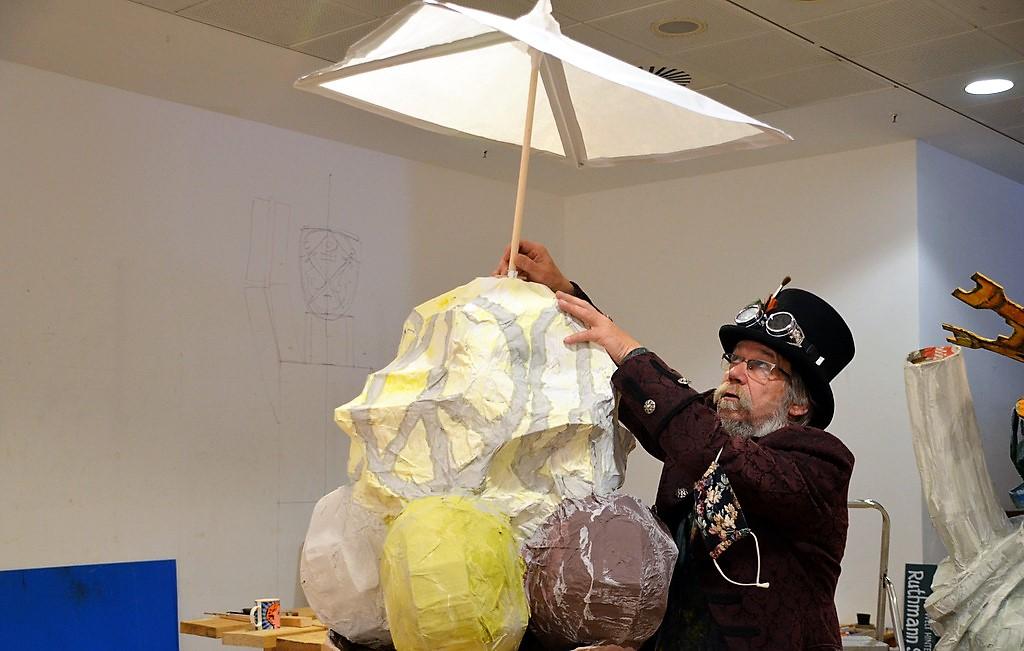 Lothar Ruthmann arbeitet derzeit an einer fünf Meter hohen Statue der Freiheit. Besucher können sich mit Malarbeiten an der Gestaltung beteiligen. (Foto: © Martina Hörle)