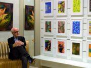 Klaus Dreikausen, Organisator und Mitaussteller, zeigt einen Ausschnitt aus seinem reichhaltigen Fundus an Digital-Druck-Grafiken. An dem Bildschirm gegenüber können Besucher in einer Präsentation einen Großteil seiner weiteren Arbeiten ansehen. (Foto: © Martina Hörle)