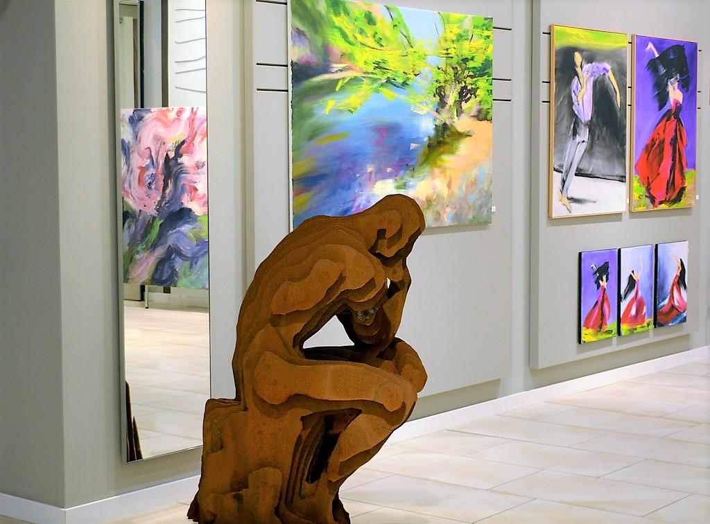 """Der """"Denker"""" ist eine 110 Kilogramm schwere Skulptur, die in einer Gemeinschaftsarbeit von Stephan Mensler und Peter Wischnewski entstanden ist. Im Hintergrund sind Arbeiten von Bettina Mauel zu sehen. (Foto: © Martina Hörle)"""