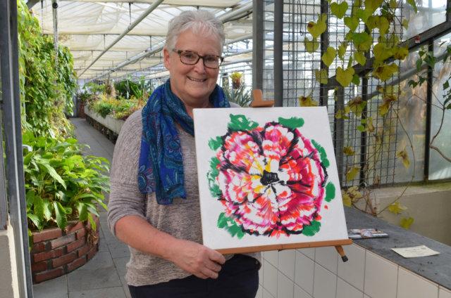 Wieder präsentiert die Malgruppe des Botanischen Gartens ihre zauberhaften Arbeiten. Sabine Schulz-Wolff leitet die Gruppe der Hobbykünstlerinnen und –künstler. Sie möchte ihren Teilnehmern nicht nur Maltechniken vermitteln, sondern auch den Blick für die Natur schärfen. (Foto: © Martina Hörle)