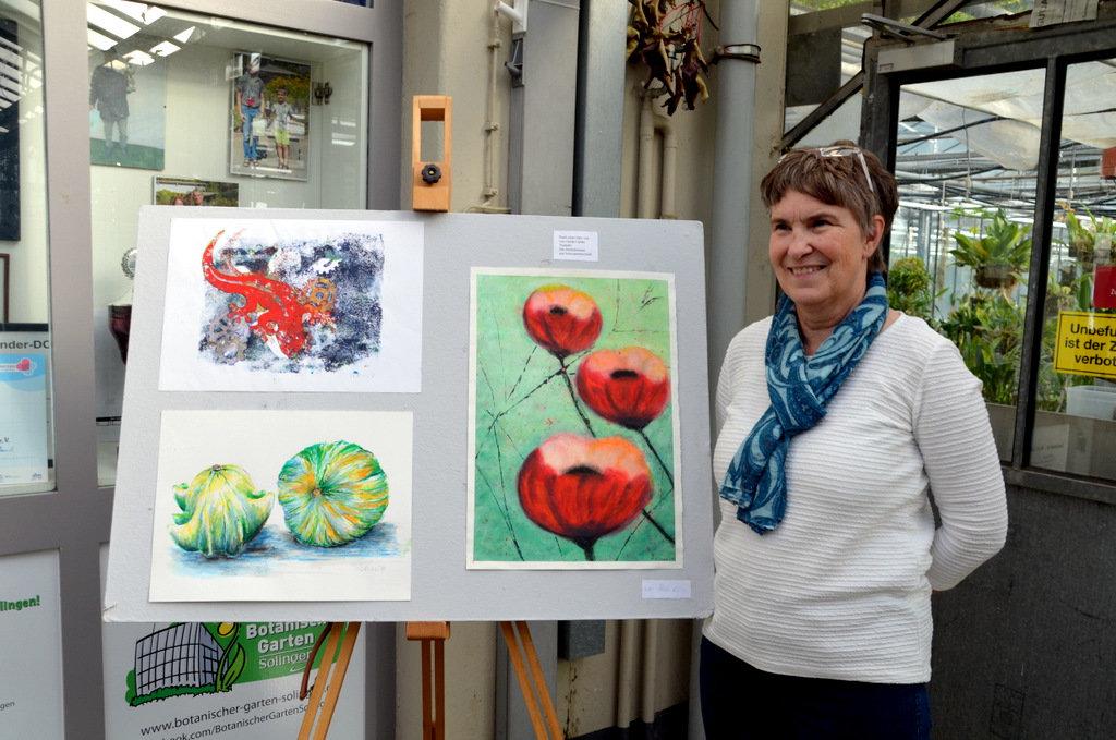 Hedi Kloss hat viele Techniken ausprobiert. Hier zeigt sie Mohnblüten in Schwammtechnik. (Foto: © Martina Hörle)