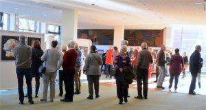"""Rund 300 Besucher waren zur Eröffnung von """"Kunstgenuss 60plus"""" gekommen. Die beliebte Veranstaltung ist weit über Solingens Grenzen bekannt und feiert im kommenden Jahr Jubiläum. (Foto: © Martina Hörle)"""