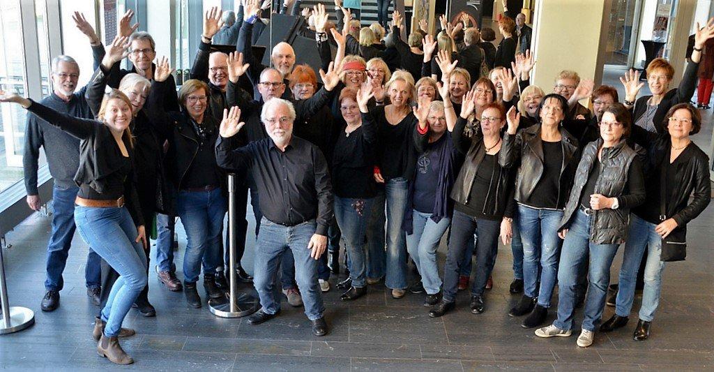 Ein absolutes Highlight bei der Veranstaltung: Der Rockchor 60+ mit seiner Chorleiterin Damaris Meinefeld (vorne li.) (Foto: © Martina Hörle)
