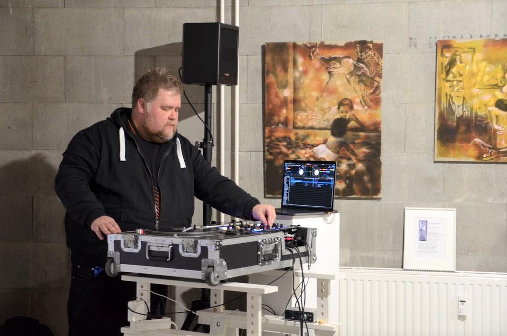 Thorsten Richartz unterstrich mit einer elektronisch-musikalischen Collage die Vielfältigkeit der einzelnen Künstler. (Foto: © Martina Hörle)