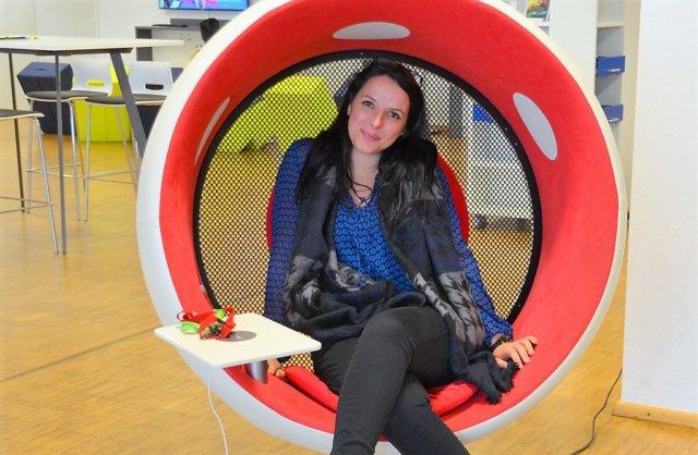 Mitarbeiterin Sandra Perinelli stellt den neuen sonic chair vor. Der Akustiksessel bietet ein beeindruckendes Klangerlebnis. (Foto: © Martina Hörle)
