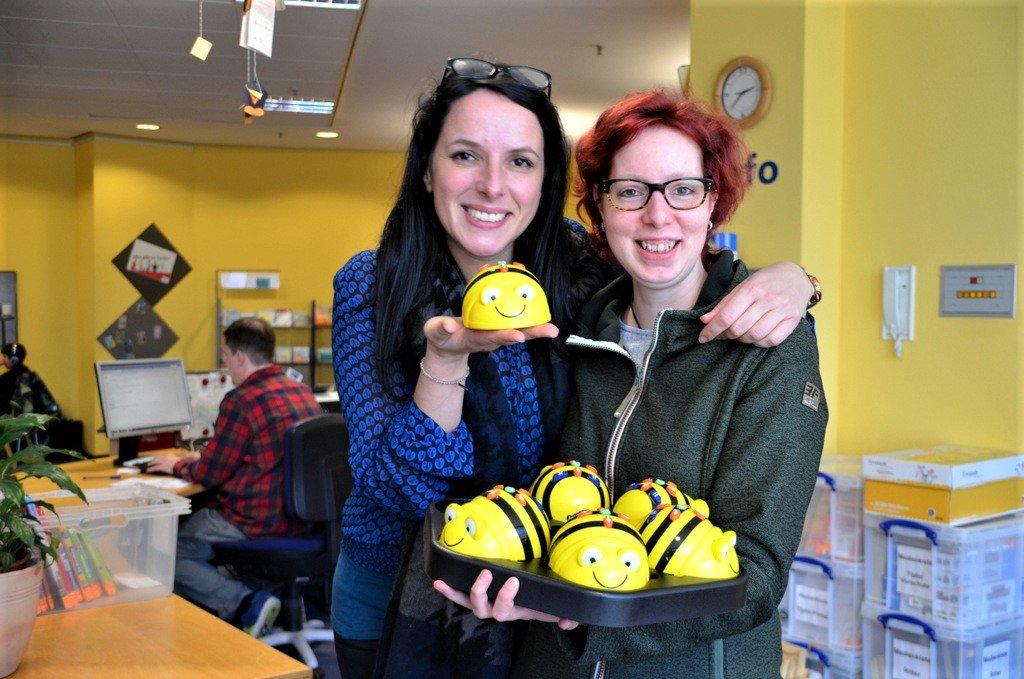 Sandra Perinelli (li.) und Jessica Mach sind von den Bee-Bots begeistert. Damit lernen schon Kindergartenkinder die ersten Schritte in die Programmierung – und Spaß macht es obendrein. (Foto: © Martina Hörle)