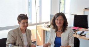 Heike Pflugner (li.), die künftige Leiterin der Stadtbibliothek, und Kulturdezernentin Dagmar Becker besprechen die geplante Situationsuntersuchung. (Foto: © Martina Hörle)
