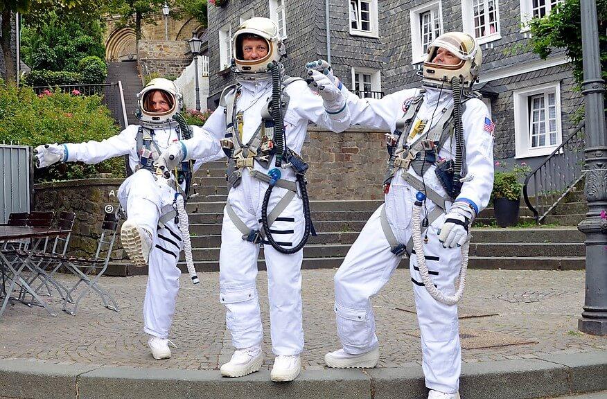 Während des ganzen Abends gehen Astronauten durch die Straßen und stehen gerne für Selfies zur Verfügung. (Foto: © Martina Hörle)