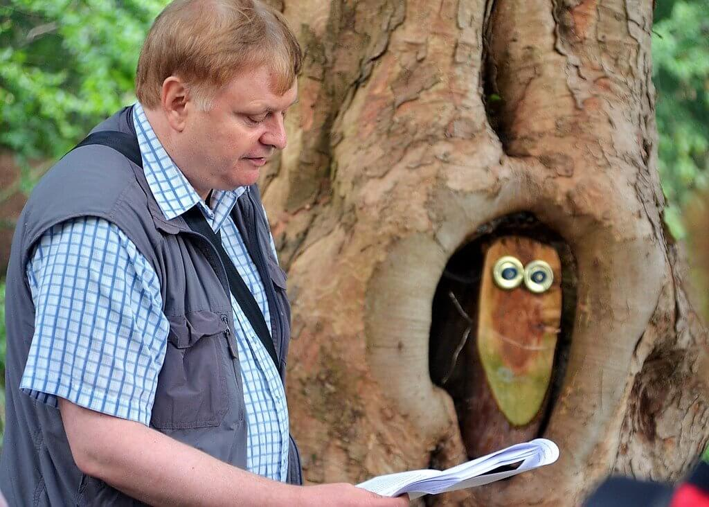 Organisator Kay Ganahl, Mitglied der Solinger Autorenrunde und des FDA, trägt am Eulenbaum eine fantasievolle Erzählung vor. (Foto: © Martina Hörle)