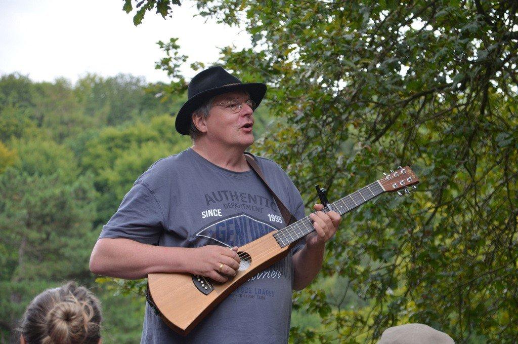 Musiker Michael Völkel unterhielt mit viel Wortwitz und schwungvollen Melodien. (Foto: © Martina Hörle)