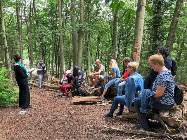 Wieder hatten der Freie Deutsche Autorenverband NRW und die Solinger Autorenrunde zu Literatur in der Natur eingeladen. Der gelungene Mix mit musikalischer Untermalung fand großen Anklang. (Foto: © Martina Hörle)