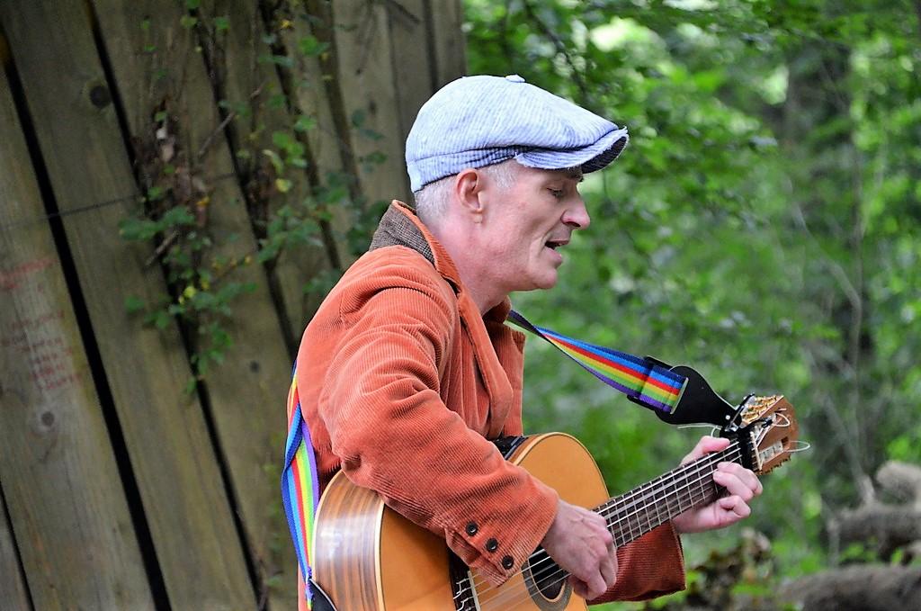 Musikus Bernd Möller unterhielt mit mal besinnlichen, mal beschwingten Eigenkompositionen und begleitete sich dazu an der Gitarre. (Foto: © Martina Hörle)