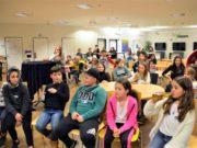 40 Kinder und Jugendliche nahmen an der diesjährigen Lesenacht in der Stadtbibliothek teil. Hier warten sie gerade gespannt auf die Siegerehrung. Welche Gruppe darf sich wohl den Abschlussfilm wählen? (Foto: © Martina Hörle)