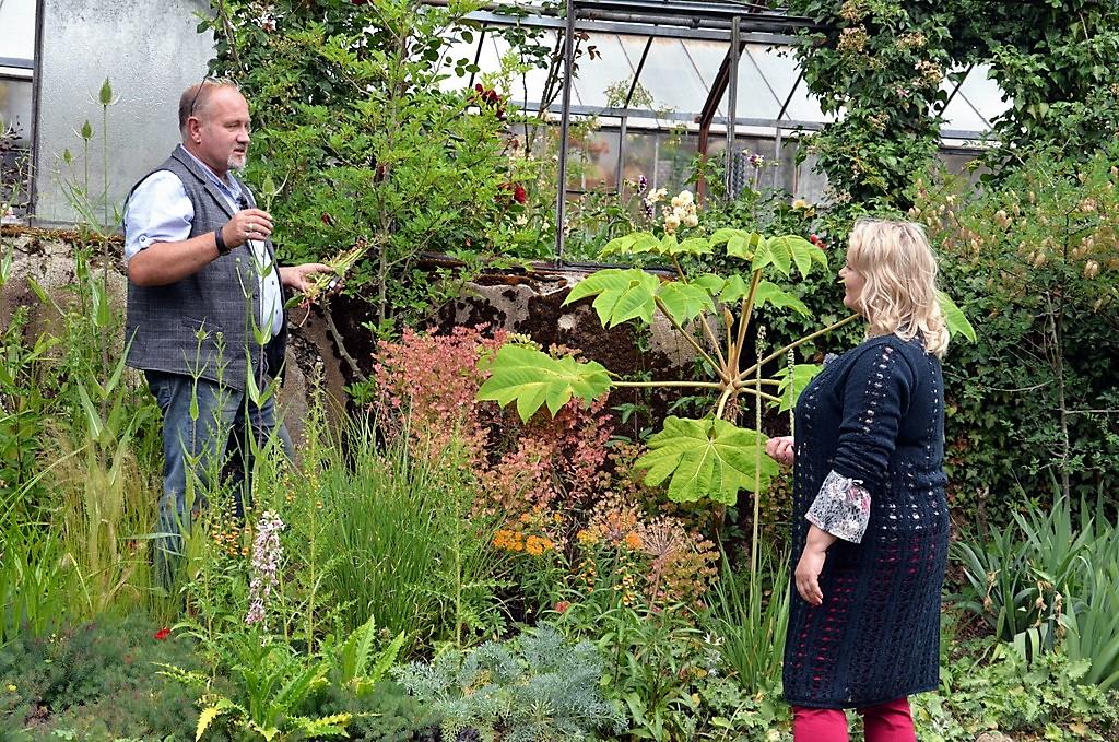 Thorsten Ulbrich erklärt Diana Fritzsche-Grimmig, welche Pflanzen in dem kleinen mediterranen Gartenteil angepflanzt wurden. (Foto: © Martina Hörle)