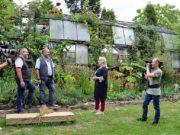 Das Team des MDR war zu umfangreichen Aufnahmen für die Sendung MDR Garten im Garten Ulbrich am Bertramsmühler Weg. Die Mitarbeiter waren von der Grünanlage begeistert. (Foto: © Martina Hörle)