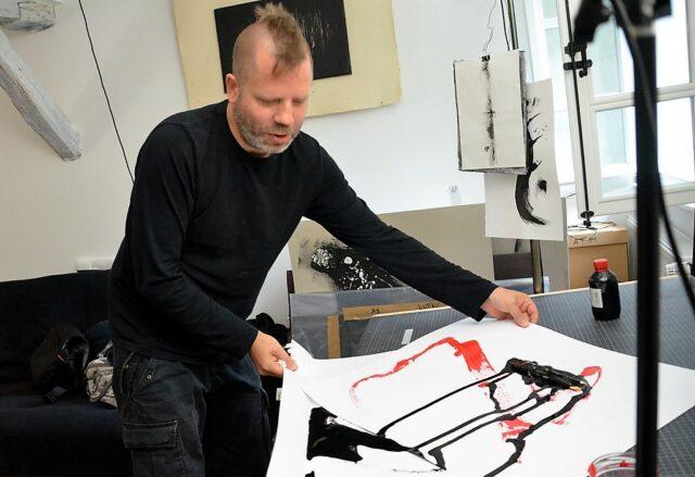 Allroundkünstler Marcel Lamour verstärkt seit einigen Monaten die Solinger Künstlerszene. Sein Haupt-Einsatzort ist das Junge Theater Leverkusen. (Foto: © Martina Hörle)