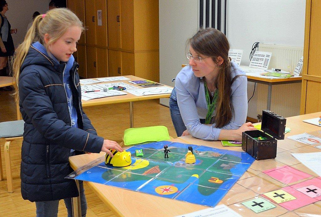 Mitarbeiterin Yvonne Picard gibt Hilfestellung beim Programmieren der Bee-Bots. (Foto: © Martina Hörle)