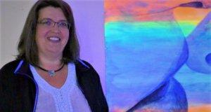 Nicole Tenge zeigt Kuss-Szenen in Schwarz-Weiß-Malerei mit fluoreszierenden Farben unterlegt. Ihre Ausstellung ist derzeit in der Galerie Ruthmann zu besichtigen. (Foto: © Martina Hörle)