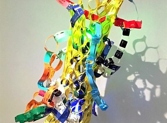 Diese Plastik ist aus alten Heftstreifen entstanden. Upcycling ist ein wichtiges Thema für die Künstlerin. (Foto: © Nicole Tenge)