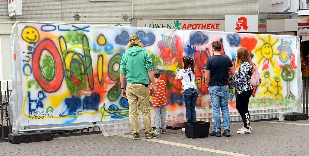 Große und kleine Besucher hatten beim ersten Ohligser Kinderfest Riesenspaß beim Graffiti sprühen. Das fertige Werk wird vor dem Olbo-Gelände aufgestellt. (Foto: © Martina Hörle)